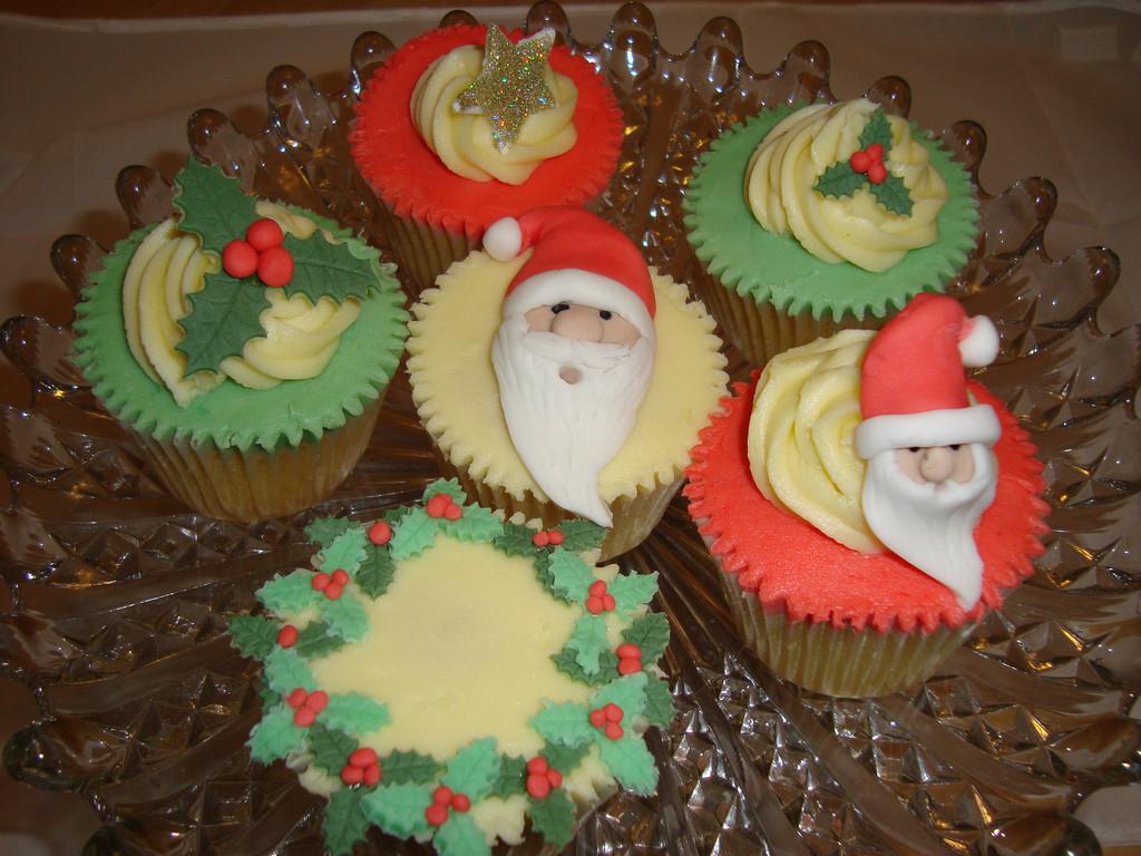 Christmas Cake And Cupcakes  Christmas cupcakes