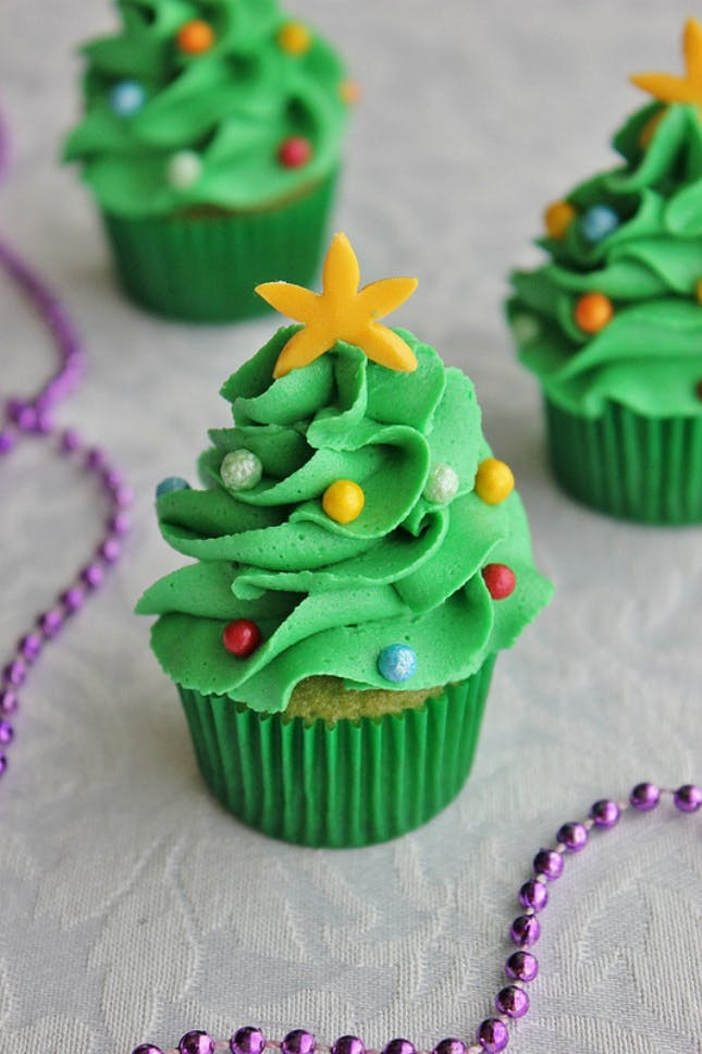 Christmas Cake And Cupcakes  18 Adorable Christmas Cupcake Recipe Ideas That Are