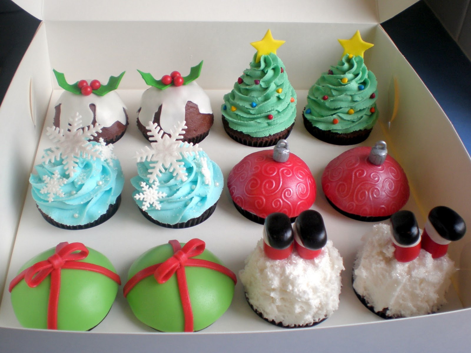 Christmas Cakes And Cupcakes  The Pretty Purveyor Holy Christmas Cupcakes