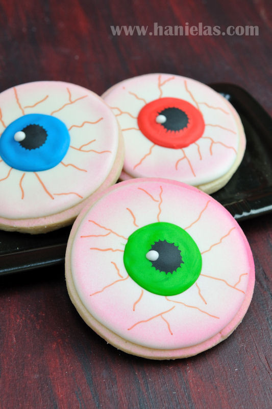 Halloween Eyeball Cookies  Haniela s Scary Eyeball Cookies for Halloween